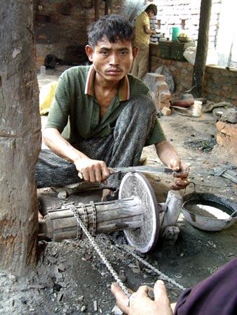 kami sharpening a kukri